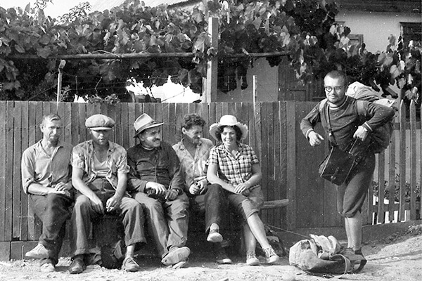 Единственное фото с участниками экспедиции (в центре сидит А.Д.Столяр). Мешоко.