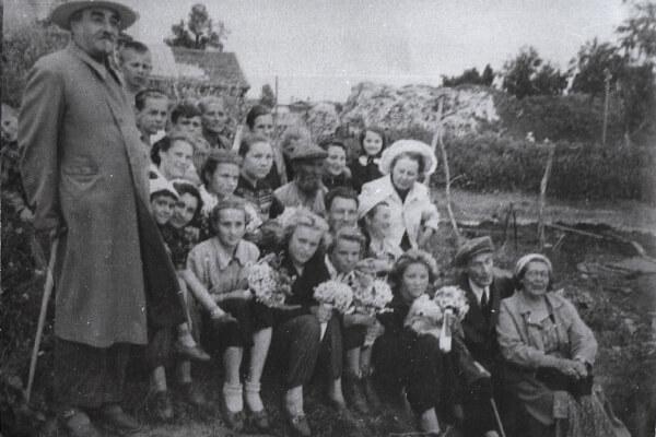 В Старой Ладоге, 1958. Слева стоит В.И.Равдоникас, справа сидят Б.А.Латынин и Г.Ф.Корзухина.