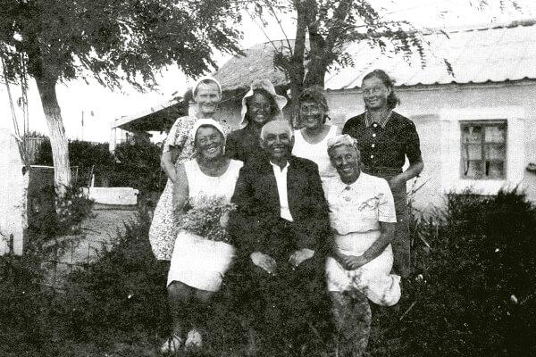 Сотрудники Нимфейской экспедиции в Героевке. 1950-е гг.