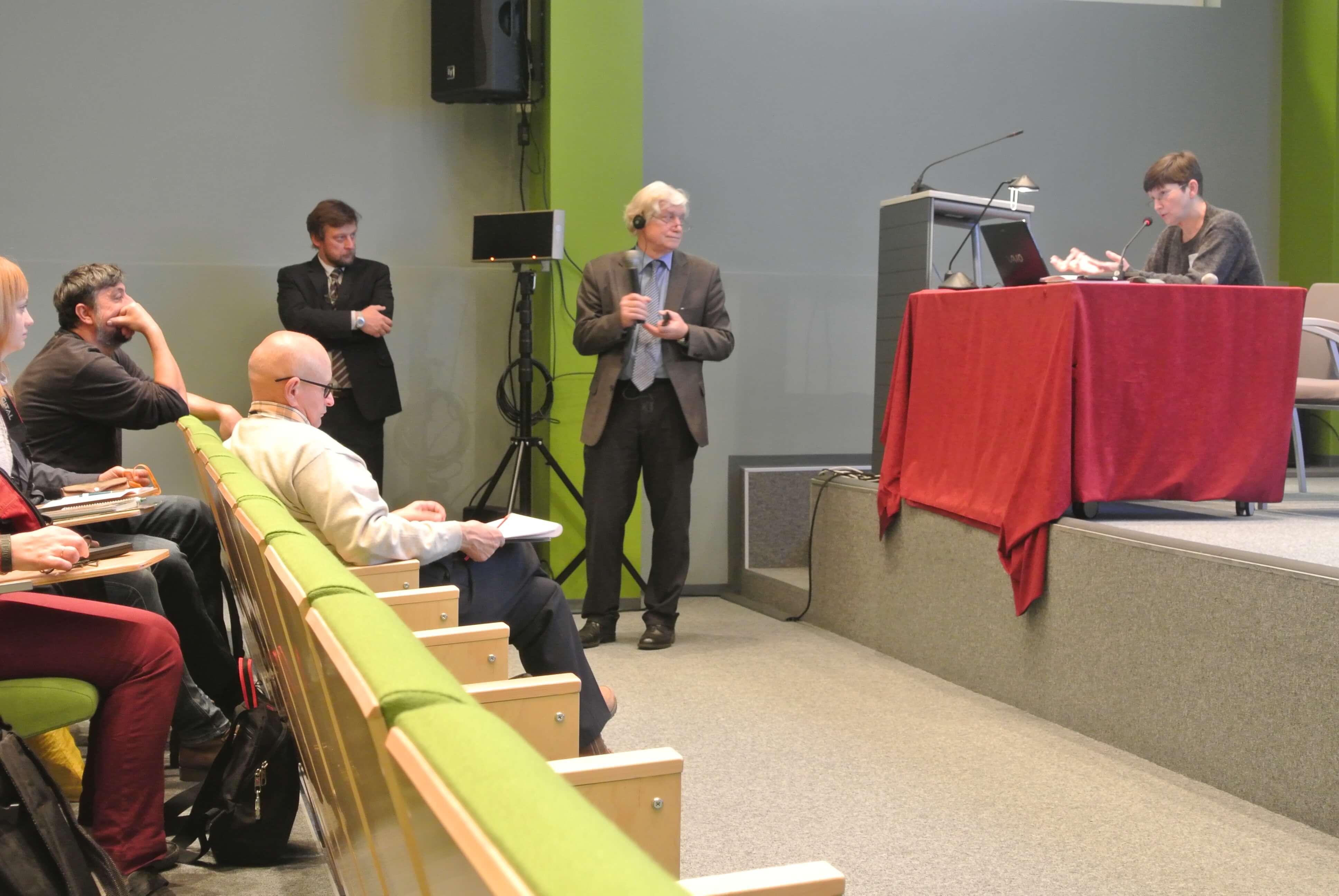 Ведущий секции - Ю.Ю.Пиотровский.
